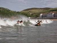 Surfeando en la playa de