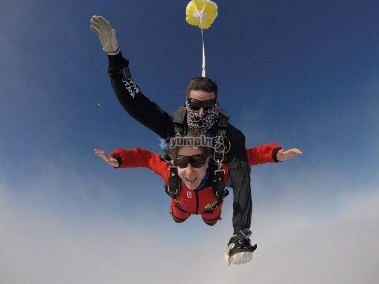 Con el paracaídas por el aire
