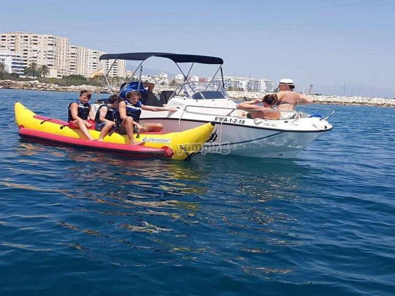 Embarcación tirando de la banana boat