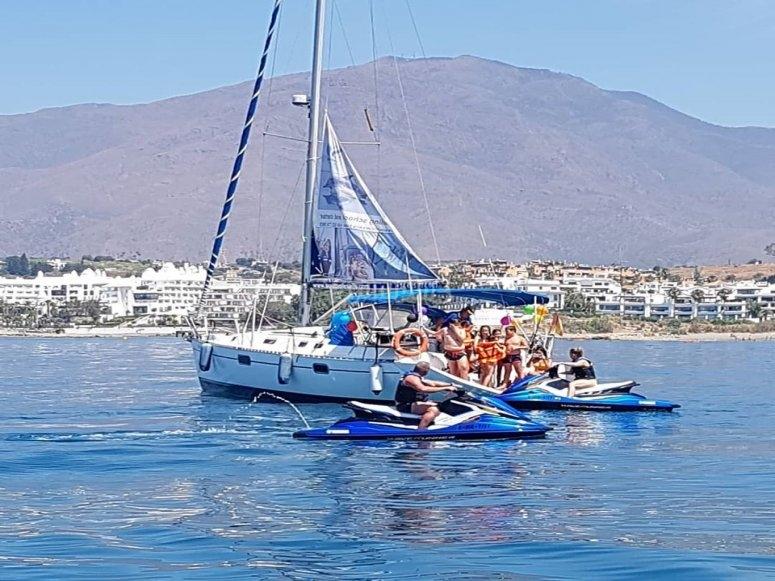 Motos de agua junto al velero en la despedida de soltero