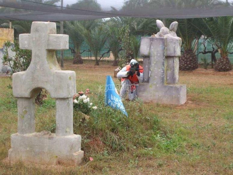 Jugando a paintball en el cementerio