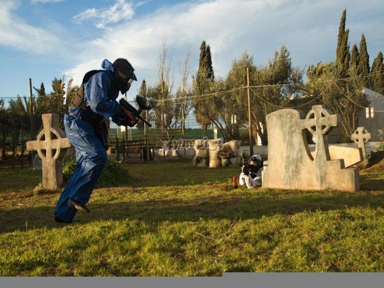 Jugadores corriendo con las marcadoras entre las tumbas