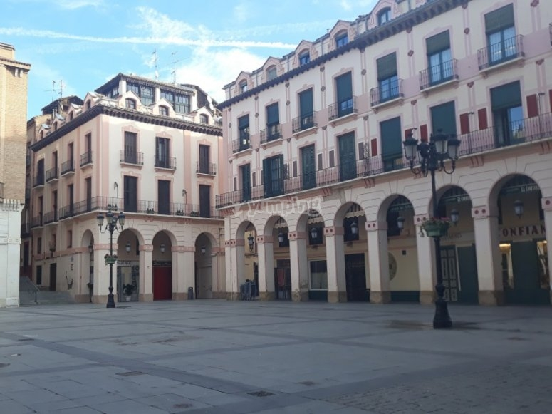 Contemplando la plaza de Huesca