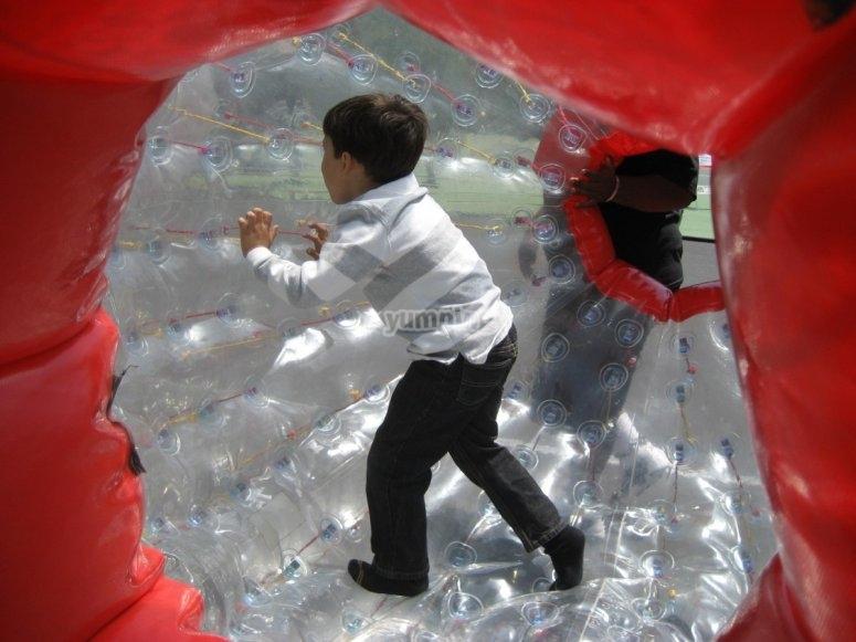 大泡泡里面的孩子
