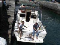 Con el barco de pesca en puerto