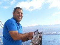 Sosteniendo al pesado pez