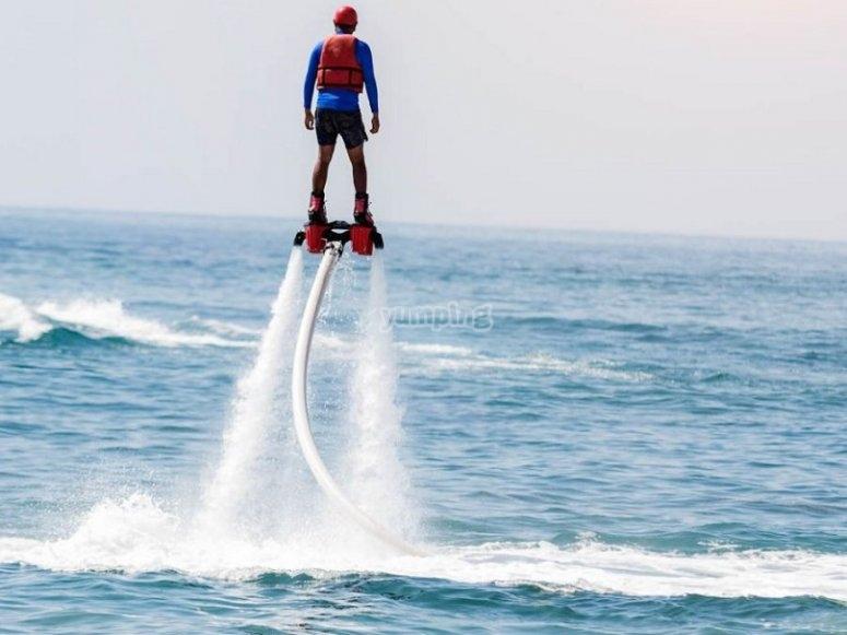Sul mare con il flyboard