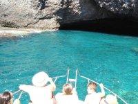 Acercandonos a cuevas submarinas en barco