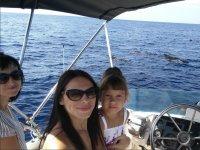 Sosteniendo a la peque para ver los cetaceos