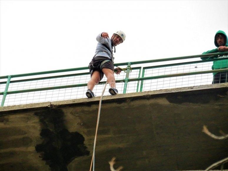 Mirando abajo desde el puente