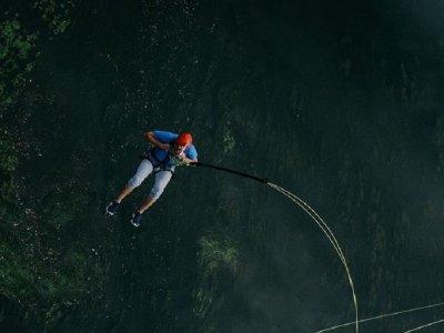 Salto puenting  a 30 metros de altura en Villena