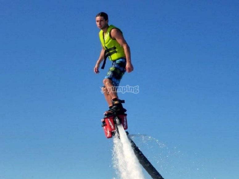 Sobre la tabla de flyboard