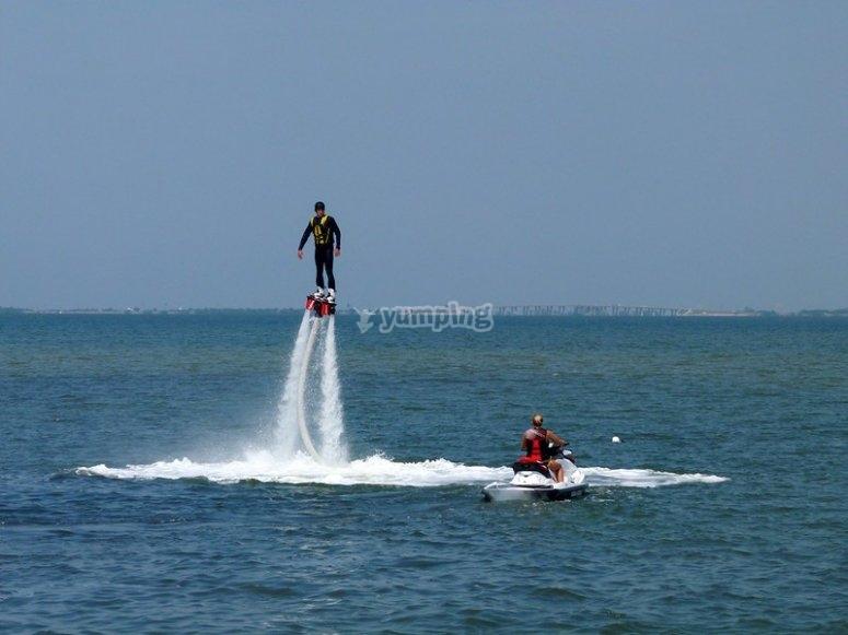 Saltando con la flyboard en el Mediterráneo