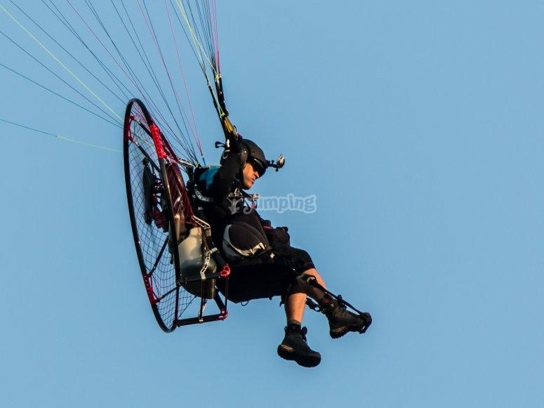 Pilota di paramotore durante il volo