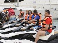 Sentados en motos de agua
