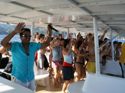 Boat trip and party with food Barcelona 3 hour