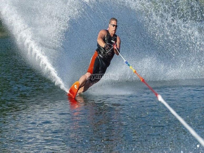 Agarrado a la cuerda haciendo wakeboard