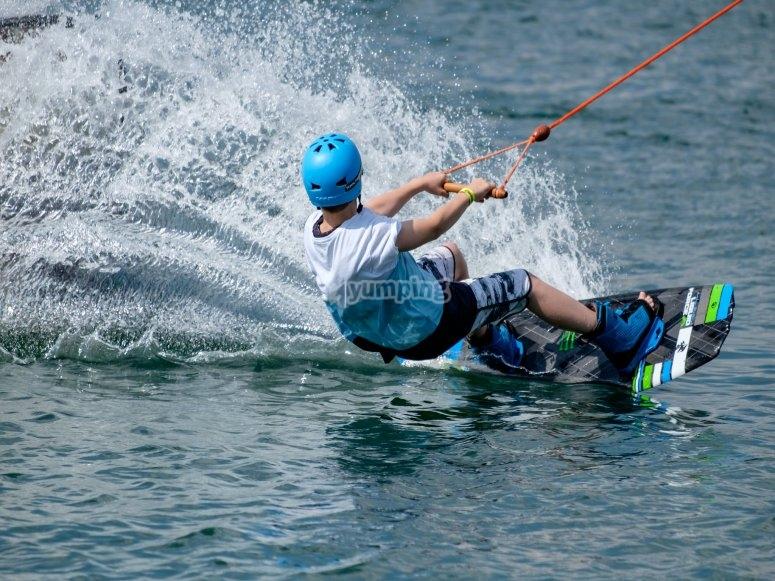 Tumbado practicando wakeboard