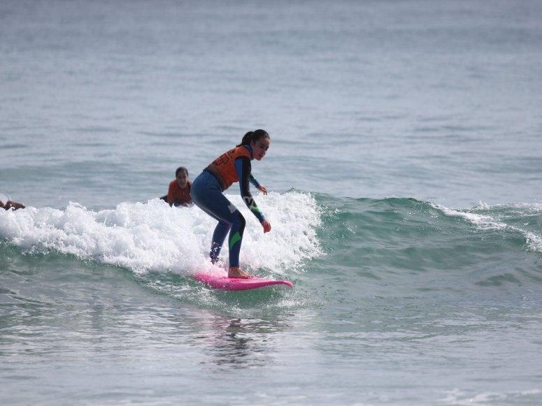 Studente durante la lezione di surf