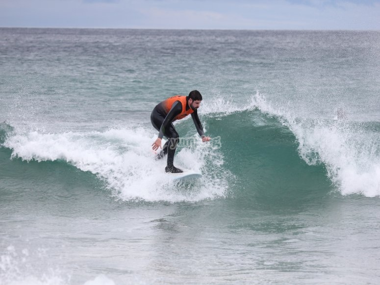 Surfista sulla spiaggia di Catedrales