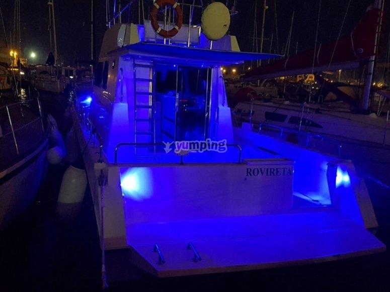 La embarcación por la noche