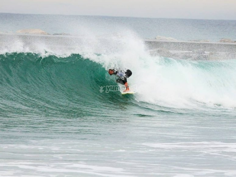 Attraversare l'onda con la tavola da surf