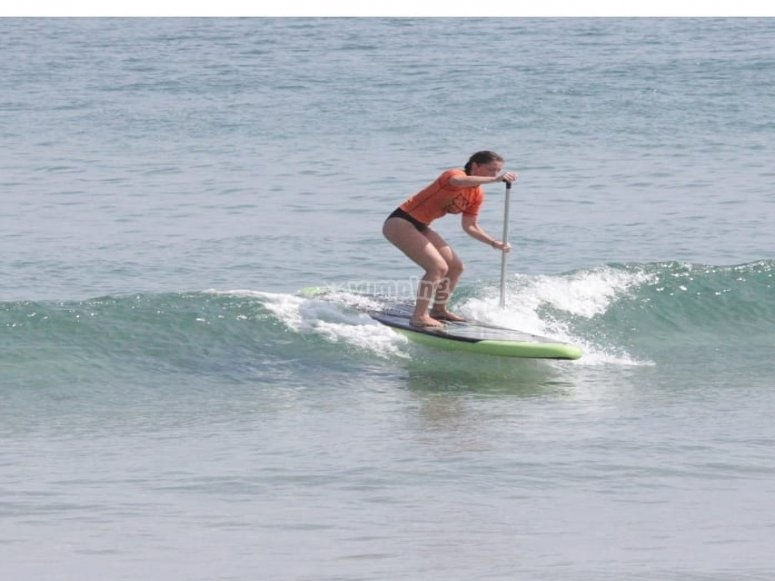 Pagaiando l'onda con tavola da paddle