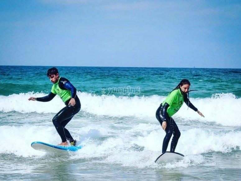 到达冲浪板和海浪