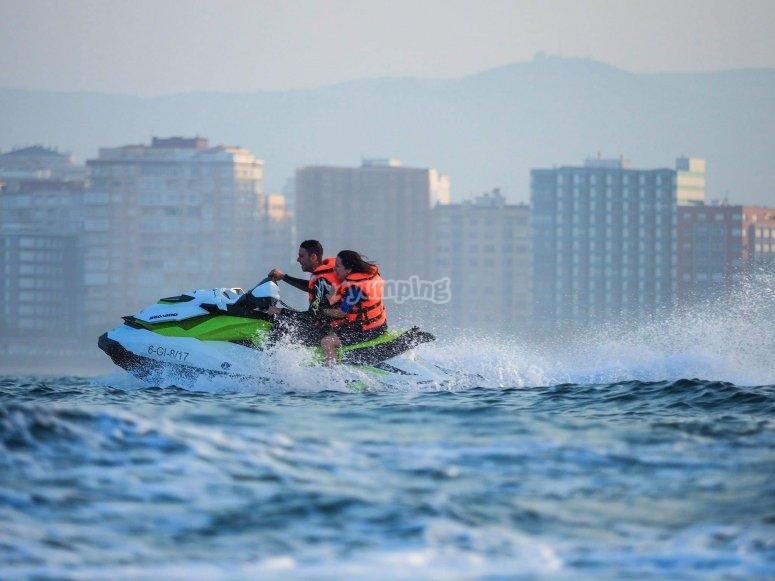 Pareja en moto de agua por Gijón
