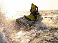 Acelarando bajo el sol en la moto de agua