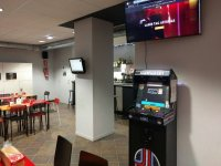 Cafeteria y maquina recreativa