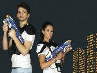 Jugadores con armas de laser tag