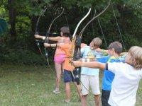 Niños apuntando con los arcos