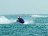 调整摩托艇飞驰的女孩在摩托艇