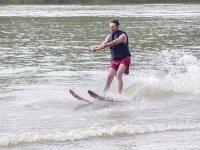 在湖中滑水