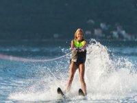 练习滑雪的女人水