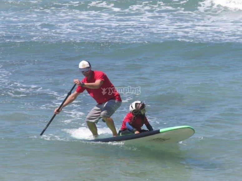 在冲浪板上划桨