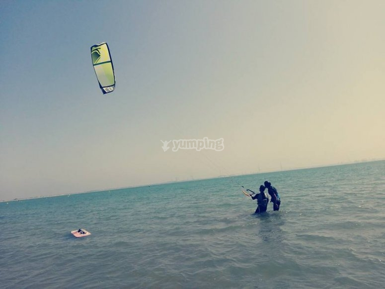 Junto al monitor de kitesurf en el mar