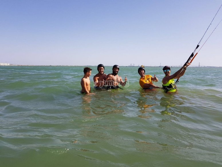 Alumnos de kitesurf en el mar