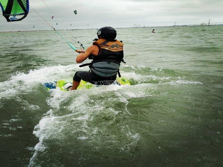 Elevándose con el kite en el mar