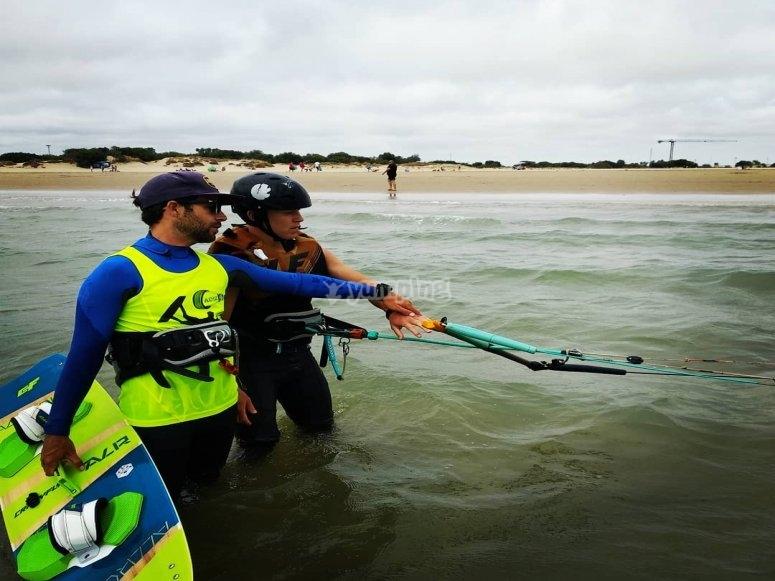 Aprendiendo técnicas de kitesurf