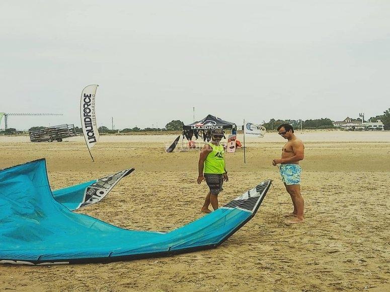 Preparando el material para la clase de kitesurf