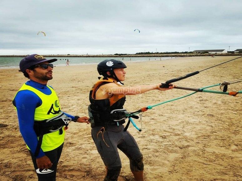 Con el monitor de kite entrenando en la playa