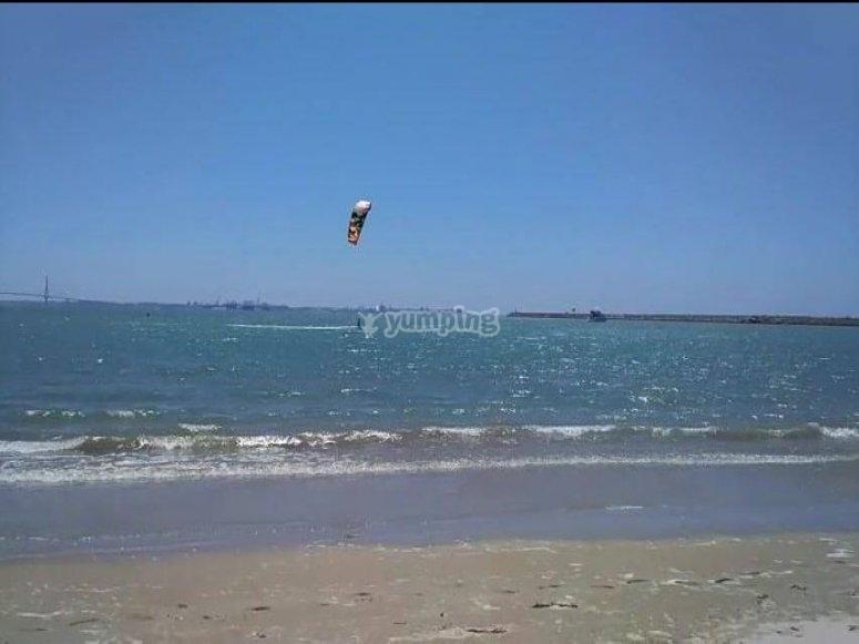Practicando kitesurf en El Puerto