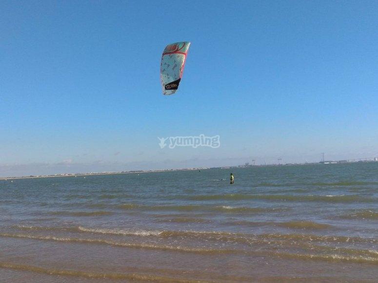 在加的斯练习风筝冲浪