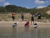 Saltando junto a los kayaks