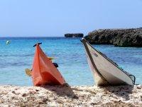 Dos kayaks en playa menorquina