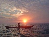 ve la puesta de sol en kayak