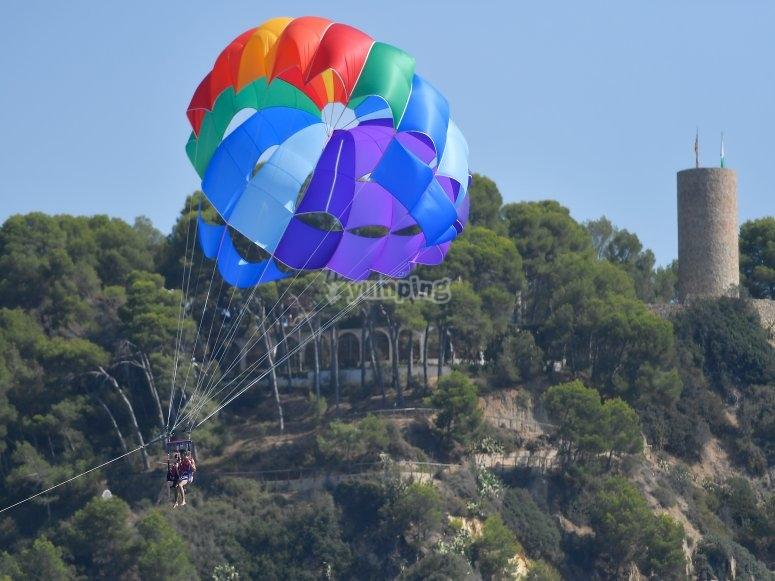 Volando en el parasailing