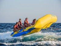 Playa de Fenals的香蕉船,和飞鱼